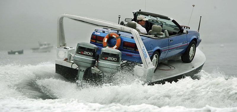 Un gadget futile ? En tout cas, Steve Johnson, son concepteur, est fier de son «auto-boat», une structure qui lui permet de poser sa Pontiac sur cette plate-forme hors-bord. Il l'a expérimentée dans le Maine, au large de Long Island .