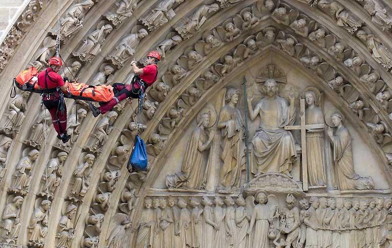 Les pompiers de Paris évacuent par la voie des airs une jeune touriste chinoise victime d'une violente chute dans les escaliers de la tour de la Cathédrale Notre-Dame.