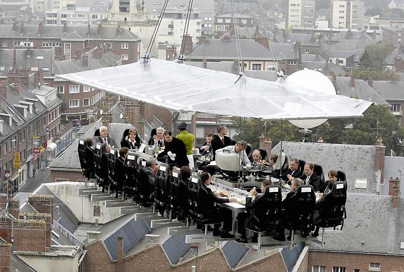 Un dîner pas comme les autres ! Suspendus dans une nacelle à 50 m au-dessus de la ville d'Amiens, ces 22 convives ont certainement plus surveillé leur assise que leur assiette.