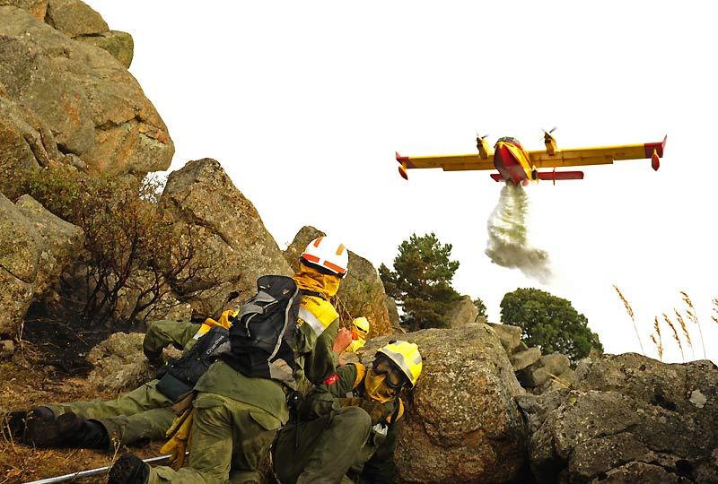 Quelque 500 pompiers luttent contre-la-montre avant que la force du vent augmente, dans un violent incendie au sud de la Catalogne, en Espagne. Quatre pompiers sont morts alors qu'ils tentaient d'éteindre ce feu qui s'est déclaré lundi dans le parc naturel de Els Port, non loin de Tarragone (nord-est), où déjà plus de 800 hectares de végétation ont brulé.
