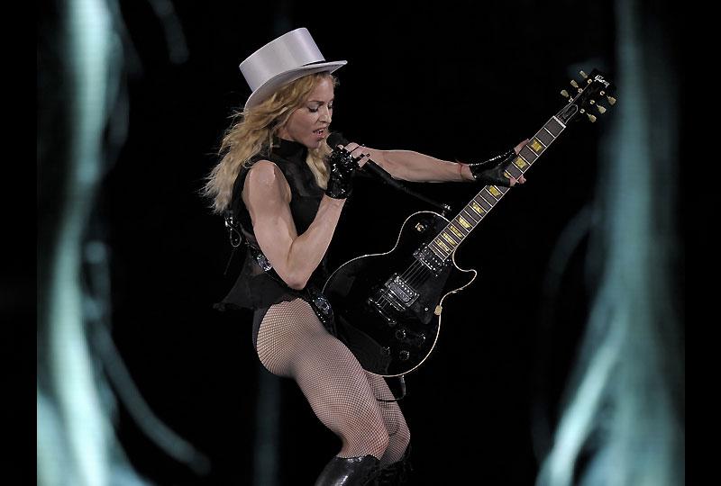 Madonna donnait mardi à Barcelone son premier concert depuis l'annulation de celui de Marseille, en raison de l'effondrement d'une scène qui a coûté la vie à deux techniciens. La chanteuse américaine, 50 ans, qui poursuit sa tournée «Sticky and Sweet» profite de sa présence dans la capitale catalane pour inviter ses fans à tourner un clip au stade Olympique.