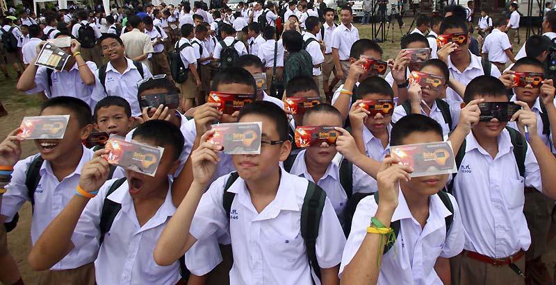 Des millions de personnes ont pu assister mercredi, en Asie, à la plus longue éclipse totale du soleil du XXIe siècle qui, à certains endroits, a duré plus de six minutes. Le phénomène a été visible le long d'une bande de terre d'environ 250 kilomètres de large courant sur la moitié du globe et passant par l'Inde, la Chine ou, ici, la Thaïlande.