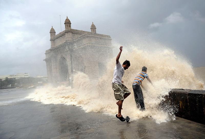 En pleine mousson, sur les rivages de Bombay, en Inde, les vagues peuvent atteindre jusqu'à cinq mètres de haut et les autorités préfèrent conseiller aux habitants d'éviter toute promenade sur le front de mer.