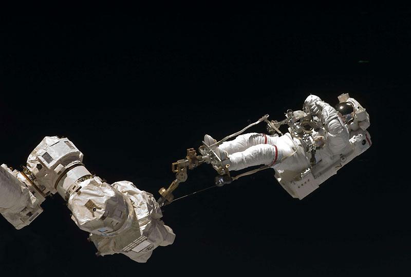 La Nasa a écourté la troisième sortie dans l'espace de la mission Endeavour sur la Station spatiale internationale, en raison d'un problème d'absorption du CO2 dans le scaphandre de l'un des astronautes.