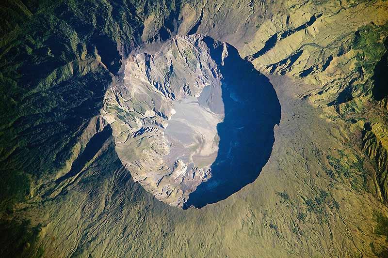 Cette photo, prise de l'espace par la NASA, montre le volcan Tambora, sur l'île indonésienne de Sumbawa. L'éruption de 1815 a formé une caldeira de près de 6 km de diamètre et 1 110 m de profondeur, et a été la plus meurtrière de l'histoire.
