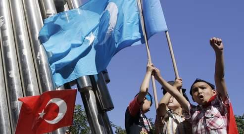 De jeunes Turcs d'origine ouïgoure lors d'une manifestation à Istanbul, début juillet.