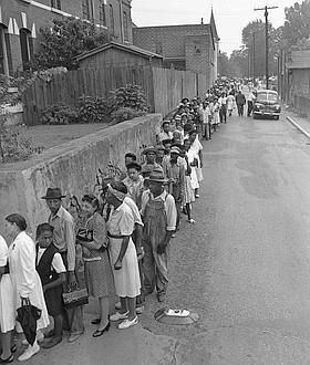 En 1946, des Noirs attendent de pouvoir voter, séparément des Blancs, dans l'Etat de Géorgie.