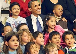 Barack Obama le 3 février dernier aux côtés d'élèves d'une charter school de Washington.