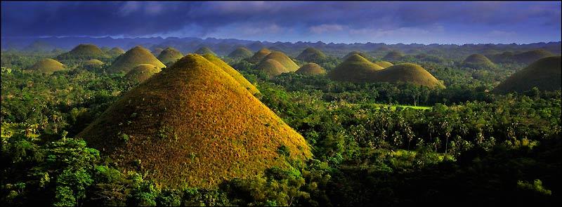 La couleur brûnatre de la végétation en saison sèche a donné leur nom aux Chocolate Hills. Un point de vue aménagé permet d'apprécier l'ampleur du site.