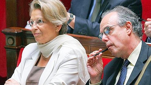 Les ministres Michèle Alliot-Marie (Justice) et Frédéric Mitterrand (Culture) à l'Assemblée lors de l'examen du projet de loi (AP Photo/Remy de la Mauviniere).