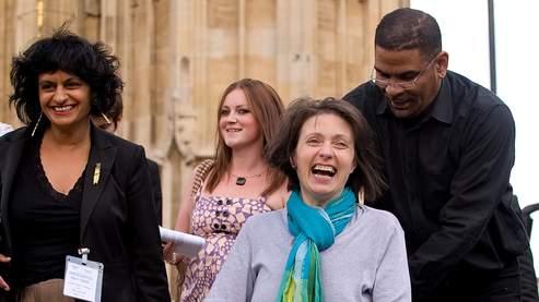 Debbie Purdy et son mari, jeudi à la sortie de la Chambre des Lords à Londres.