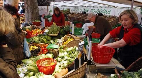 Un stand de primeurs sur un marché bio à Paris. L'étude remet en cause les bénéfices nutritionnels de ce type d'alimentation.