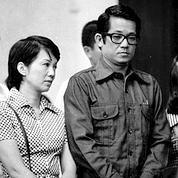 Corazon Aquino avec son mari lors du procès de ce dernier en 1972.