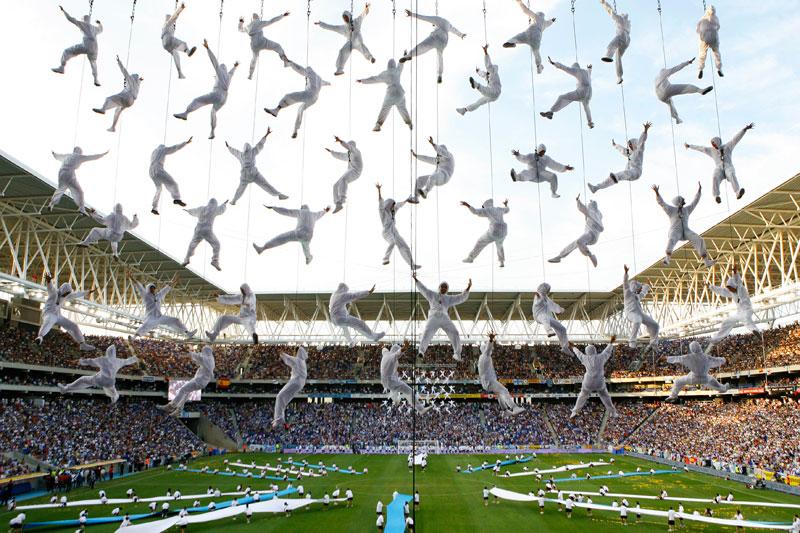 Des acrobates livrent une performance de haut vol devant de nombreux supporters catalans, llors de l'inauguration du nouveau stade de l'Espanyol de Barcelone.