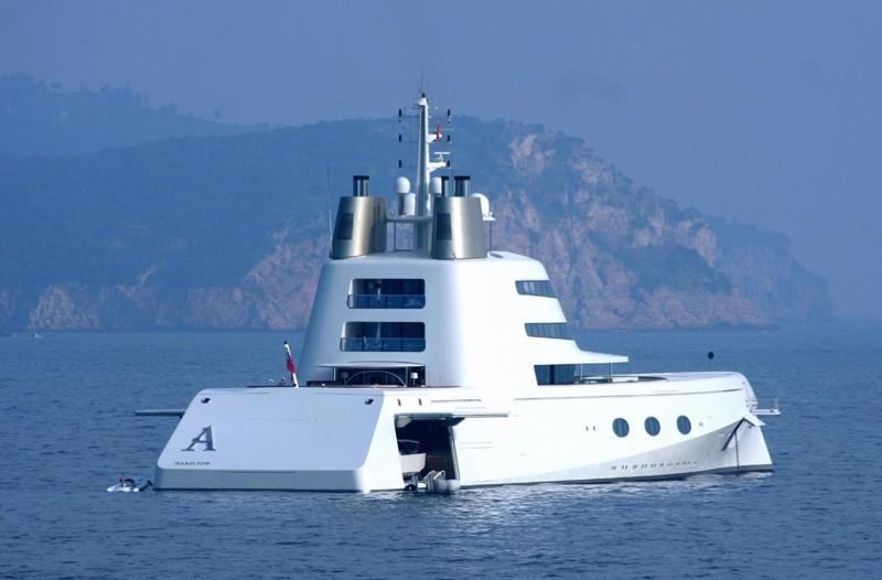 Long de 119 mètres, le yacht du Russe Andreï Melnichenko affiche une silhouette futuriste élaborée par le designer Philippe Starck. A 36 ans, le millionnaire a choisi de passer ses vacances au large du Monténégro, près de Sveti Stefan.