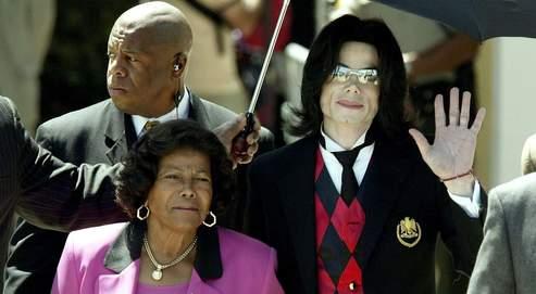 Michael Jackson à la sortie du tribunal de Santa Barbara en Californie, en mai 2005, accompagné de sa mère. Celle-ci a obtenu lundi soir confirmation de la garde des enfants de la star.