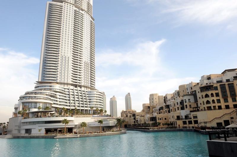 Bassins aux allures tropicales et fontaines géantes agrémentent la vue au pied de la tour.