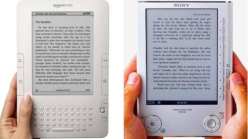 Sur le marché, la concurrence oppose le Kindle d'Amazon (à gauche) et l' eReader de Sony.