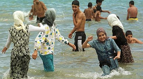 Les femmes voilées qui ne veulent pas exposer leur corps rencontrent des difficultés pour concilier baignade et pudeur religieuse sur les plages.
