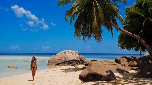 Promenade sur l'anse à la Mouche pour Alisa, originaire de Mahé. Cette belle ambassadrice des Seychelles mesure sa chance de vivre dans un paradis si préservé.