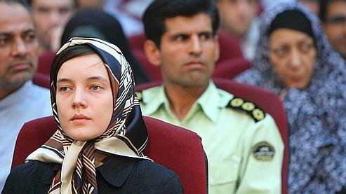 Clotilde Reiss est assise devant Ahmad Zeidabadi, un journaliste virulent connu pour ses prises de positions contre les conformateurs lors de l'ouverture de leur procès samedi.