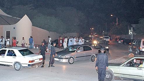 Des policiers mauritaniens contrôlent les abords de l'ambassade de France.