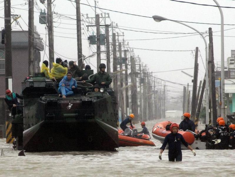 Au moins 1.200 soldats ont été mobilisés pour venir en aide à des milliers d'habitants qui se trouvent piégés par les pires inondations depuis 50 ans.