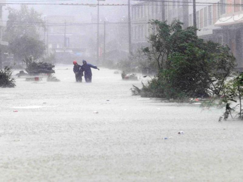 Avant même que le typhon n'atteigne les côtes chinoises (ici la ville de Cangnan), les fortes pluies et les vents violents ont détruit cinq maisons dans la ville de Wenzhou dimanche matin. Un enfant de quatre ans, grièvement blessé après avoir été enseveli avec sa famille dans l'une d'elles, n'a pas pu être sauvé malgré les efforts des secours.