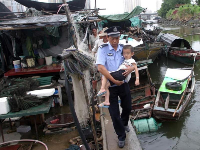 Les autorités chinoises ont procédé dimanche matin à l'évacuation de manière préventive de plus de 470.000 habitants de la province du Zhejiang et de 480.000 personnes dans celle du Fujian, où le typhon est attendu à partir de dimanche après-midi. Dans la province du Zhejiang, placée en alerte maximale, plus de 35.000 bateaux ont été rappelés dans les ports.