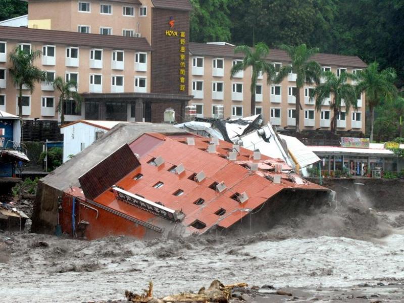 L'hôtel Chin shuai, situé au sud-est de l'île et heureusement évacué de ses occupants, n'a pas résisté à la brusque montée des eaux et s'est effondré.