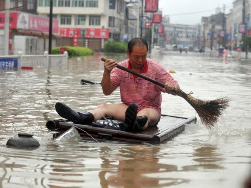 Morakot a atteint la Chine avec des vents de 120 km/h. Plus de 3,4 millions de personnes ont subi des dégâts matériels au Zhejiang, où des centaines de villages comme Cangnan (photo) ont été inondés et plus de 1.800 maisons se sont effondrées.