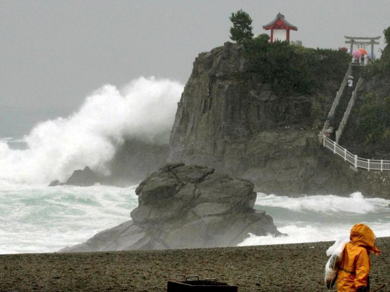 Le Japon a été également frappé lundi par un typhon. Baptisé Etau, il a tué 12 personnes et provoqué d'importantes inondations et des glissements de terrain. Au moins dix personnes seraient portées disparues. Etau a coûté la vie à 11 personnes dans la seule région de la préfecture de Hyogo, à quelque 500km à l'ouest de Tokyo. La plupart des victimes ont été emportées par les eaux.
