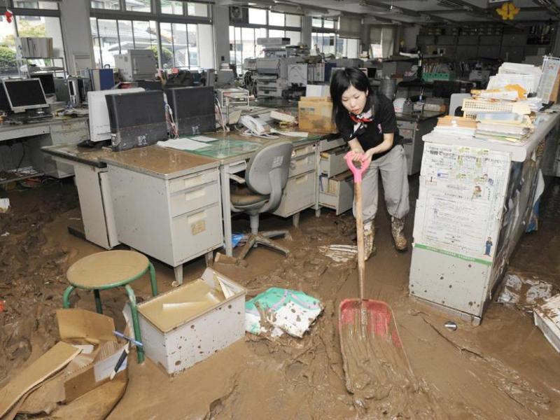 Quelque 2.200 personnes ont été évacuées de la zone, réfugiées dans des écoles publiques et environ 500 maisons ont été inondées, la télévision montrant des habitants tentant de nettoyer les dégâts à coups de pelle. A l'image de cette employée de bureau qui tente d'évacuer la boue à Sayo.