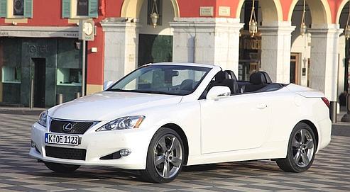 Le Lexus 250 C possède un toit escamotable en aluminium, qui se compose de trois éléments se logeant en un temps record (20 secondes) dans le coffre.