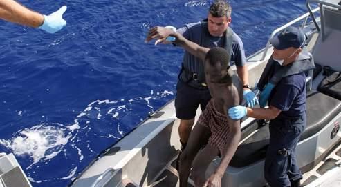 Un immigrant est secouru par les autorités maltaises pendant une patrouille en mer Méditerranée.