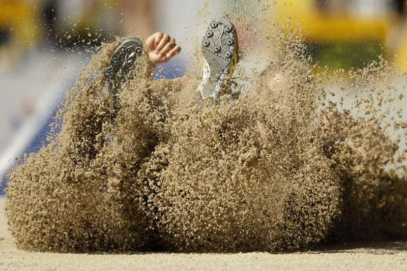 Ce jet de sable spectaculaire annonce l'arrivée de la Polonaise Kamila Chudzik lors de l'épreuve de saut en longueur des championnats du monde d'athlétisme à Berlin.