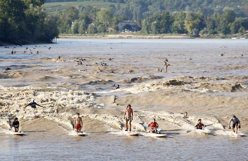 Surfer sur une rivière en France, un sport que l'on ne peut pratiquer qu'une fois par an, près de l'estuaire de la Gironde, au moment où une haute vague déferlante remonte l'estuaire à marée montante. Ce week-end, des centaines de vacanciers ont attendu ces fameuses ondulations de l'eau qui ont atteint une hauteur de trois mètres.