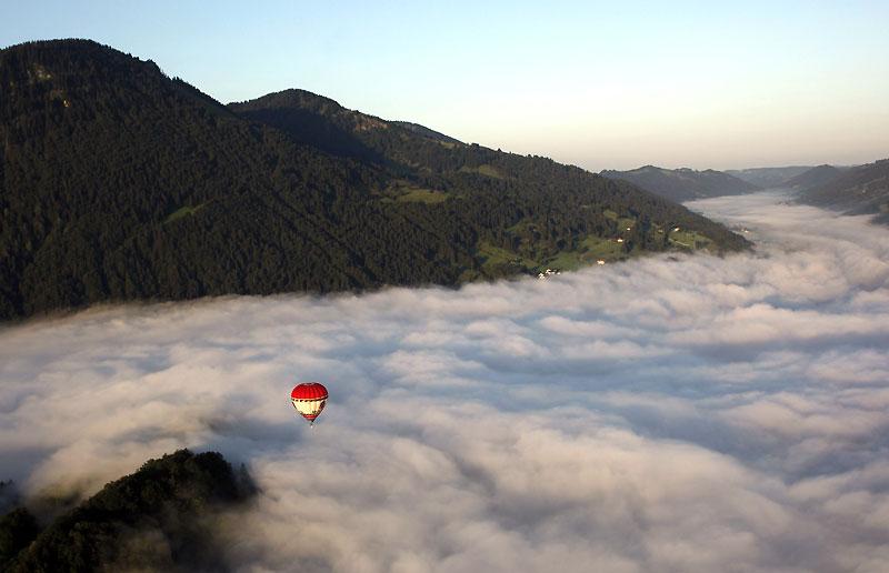 Un zeste d'aventure, un autre de volupté, et c'est parti pour le Balloon-Trekking. Cette discipline consiste à survoler des paysages de rêve en montgolfière, comme ici en Allemagne près d'Immenstadt, puis de revenir à pied à son point de départ. Equipé d'une boussole et d'une carte.
