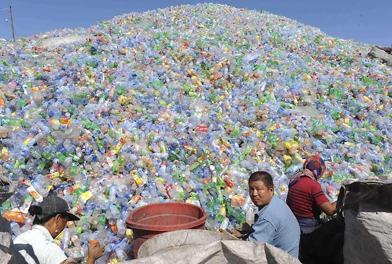 Un dépôt de collecte pour le recyclage des bouteilles en plastique est installé dans toutes les périphéries des grandes villes (ici, près de Shenyang). Débordés par la quantité de déchets produits (16 000 T/jour à Pékin), la Chine a décidé d'interdire les sacs plastique quand la consommation s'élevait à trois milliards de sacs par jour pour tout le pays.