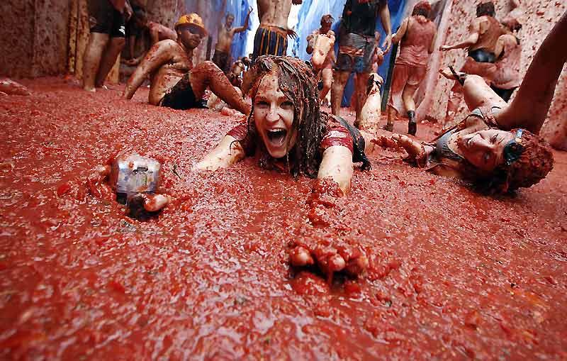 Une marée de plus 40.000 personnes a transformé mercredi le village espagnol de Buñol en immense «gazpacho humain», à l'occasion de la «Tomatina», une traditionnelle bataille de tomates vieille de 64 ans.