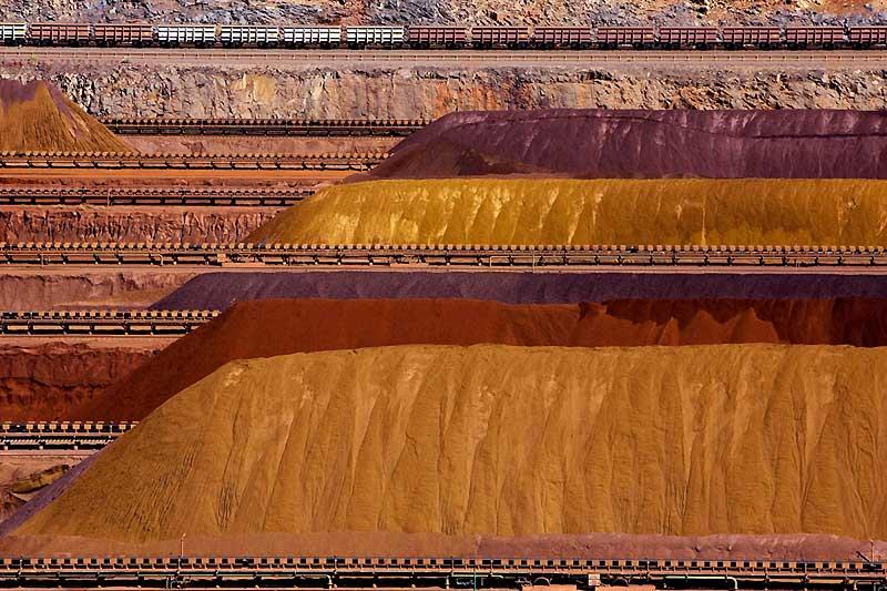 A perte de vue s'étendent d'immenses tas de minerais de fer. Partout où porte le regard, un étrange paysage de rouille et d'oxyde de fer. Ici, la poussière recouvre tout. Et le moindre vent emporte aux quatre coins de la ville un peu de ce qui deviendra une poutrelle ou une carrosserie de voiture dans un haut fourneau. Nous sommes au coeur de Parker Point, dans le port de Dampier, à l'ouest de l'Australie-Occidentale, là où transitent les tonnes de fer extraites par Rio Tinto, le géant minier anglo-australien. Depuis peu, les capacités du port ont été considérablement augmentées pour atteindre 140 millions de tonnes annuelles.