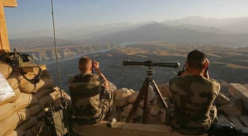 Des soldats français surveillent les abords du fort deTora. Crédit photo : Paul Assasker pour Le Figaro.
