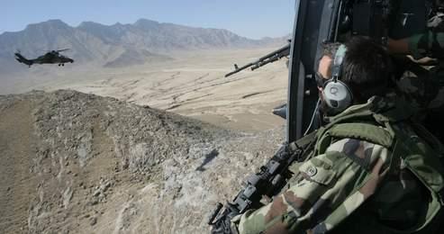 Un hélicoptère de chasse protège un hélicoptère Tigre. Crédit photo : Paul Assasker pour Le Figaro.