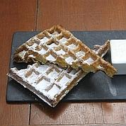 Délicieuse gaufre au sucre servie à l'Absinthe, agrémentée de trois ramequins : chantilly, confiture d'abricot et chocolat chaud.