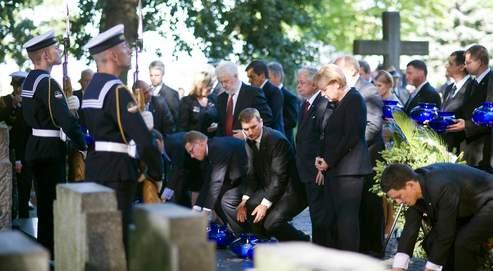 Angela Merkels'incline devant les victimes du nazisme