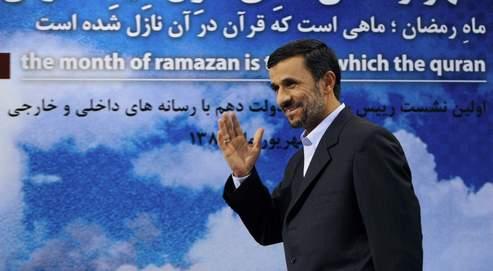 Mahmoud Ahmadinejad a expliqué, lundi, lors d'une conférence de presse à Téhéran, que l'Iran ne comptait ni stopper ses activités d'enrichissement de l'uranium ni négocier sur les droits de son pays à l'énergie nucléaire.