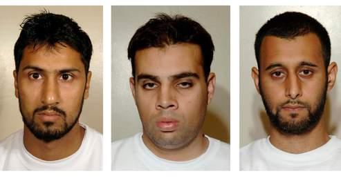 Les trois musulmans britanniques, Abdulla Ahmed Ali (à gauche), Assad Sarwar (au centre) et Tanvir Hussain (à droite), avaient l'intentionde faire exploser plusieurs avions de ligne avec des explosifs liquides dissimulés dans des bouteilles de soda. Reconnus coupables, les trois hommes, âgés de 28 à 29 ans, risquent des peines de prison à perpétuité.