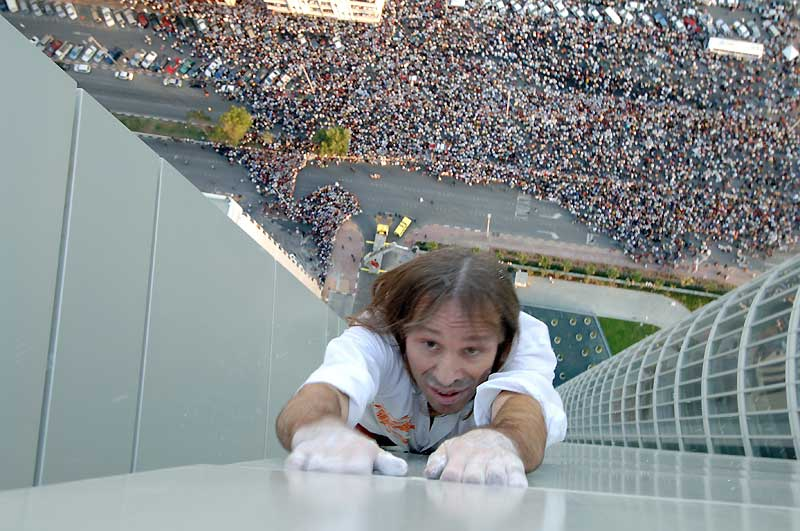/>Abu Dhabi</b> – Sans doute la plus vertigineuse et la plus impressionnante ascension. Invité par les autorités des Emirats pour la Semaine éducation avec d'autres conférenciers afin d'exposer et de faire partager son expérience, il effectue, le 23 février 2007, l'escalade de l'Adia Tower (200 m) devant plus de 100 000 personnes.» height=»297″ /></font></strong></p> <p><strong>Abu Dhabi</strong> – Sans doute la plus vertigineuse et la plus impressionnante ascension. Invité par les autorités des Emirats pour la Semaine éducation avec d'autres conférenciers afin d'exposer et de faire partager son expérience, il effectue, le 23 février 2007, l'escalade de l'Adia Tower (200 m) devant plus de 100 000 personnes.</p> <p><img border=