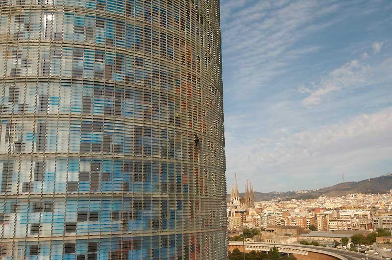 />Barcelone</b> – En août 2006, le Spiderman français s'attaque à la façade de verre (plus de 4 400 fenêtres) de la torre Agbar (144 m) de Barcelone, dessinée par Jean Nouvel. Une manière originale de jeter un oeil sur la Sagrada Familia, de Gaudí, que l'on aperçoit en arrière-plan.» height=»315″ /></span></p> <p class=
