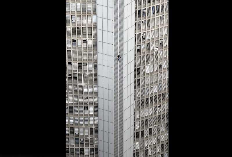 />São Paulo</b> – L'une des tentatives les plus rocambolesques d'Alain Robert. Le 27 février 2008, il échappe aux gardes de la sécurité de la tour Italia (165 m), au coeur de la capitale économique du Brésil, et entame… la descente du toit. Une escalade à l'envers de près d'une heure, qui sera suivie d'un séjour bien plus long au commissariat !» height=»385″ /></span></p> <p class=